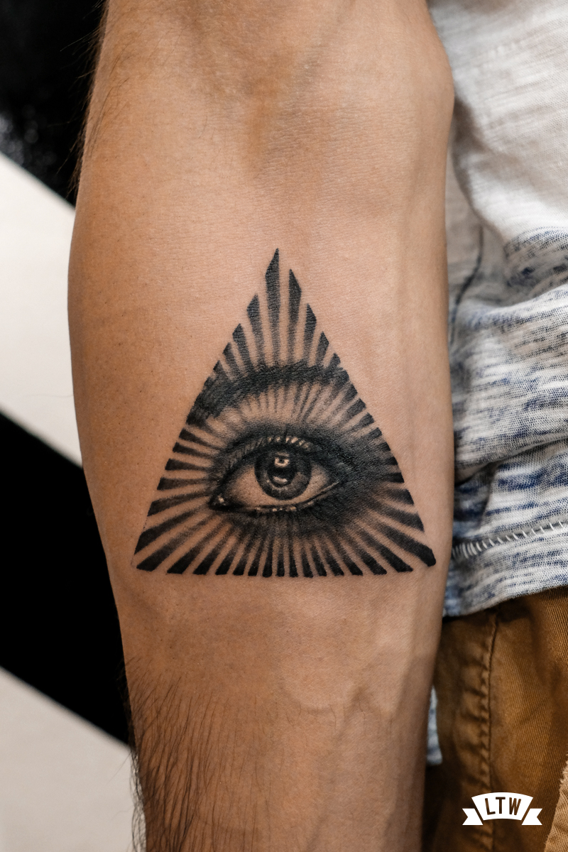 Realistic eye tattooed by Andrés