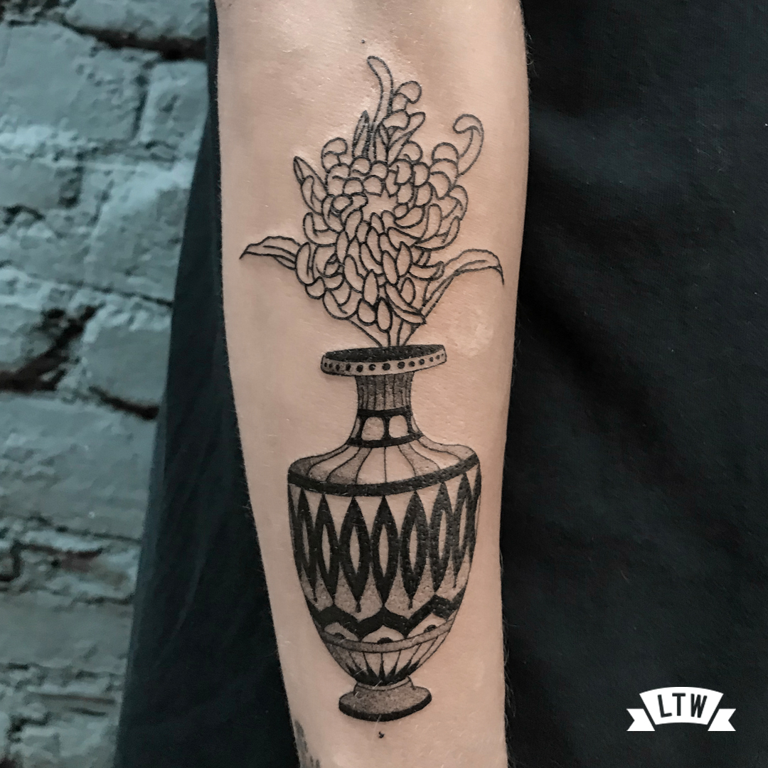 Vase tattooed by Ariadna