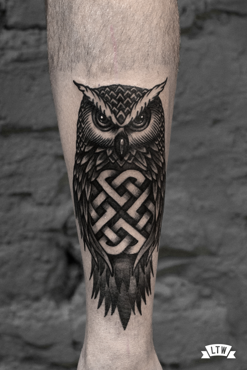 Owl on a leg tattooed by Andrés