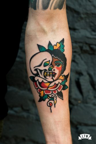 Skull and girl tatooed by javier Rodríguez